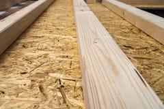 Construção das paredes de madeira do quadro de um local novo da casa de campo Un Fotografia de Stock