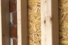 Construção das paredes de madeira do quadro de um local novo da casa de campo Un Imagens de Stock Royalty Free