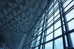 A construção de aço da parede de vidro no aeroporto foto de stock royalty free