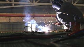 Construção de aço de solda do trabalhador industrial vídeos de arquivo