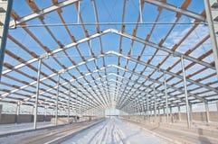 Construção de aço no fundo da paisagem do inverno foto de stock
