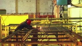 Construção de aço de solda do trabalhador na máscara protetora Trabalhador da indústria pesada filme