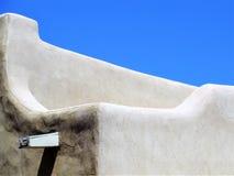 Construção de Adobe e céu dos azuis celestes, Santa Fe nanômetro fotos de stock royalty free