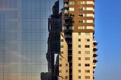 Construção de Brown no céu azul Fotografia de Stock