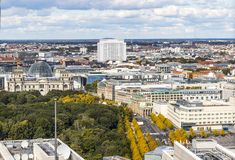 Construção de Bundestag e porta de Brandemburgo em Berlim, Alemanha imagem de stock