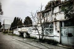 Construção de casa abandonada da vila no jardim de Baku Botanical Ninguém no parque com árvores primavera imagem de stock royalty free