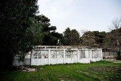 Construção de casa abandonada da vila no jardim de Baku Botanical Ninguém no parque com árvores primavera foto de stock royalty free