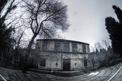 Construção de casa abandonada da vila no jardim de Baku Botanical Ninguém no parque com árvores primavera fotografia de stock royalty free