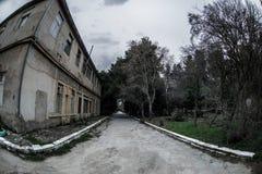 Construção de casa abandonada da vila no jardim de Baku Botanical Ninguém no parque com árvores primavera fotos de stock