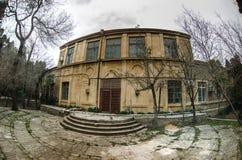 Construção de casa abandonada da vila no jardim de Baku Botanical Ninguém no parque com árvores primavera fotografia de stock