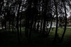 Construção de casa abandonada da vila no jardim de Baku Botanical Ninguém no parque com árvores primavera imagens de stock royalty free
