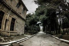 Construção de casa abandonada da vila no jardim de Baku Botanical Ninguém no parque com árvores primavera imagem de stock