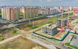 Construção de casas e da estrada residenciais Tyumen fotografia de stock