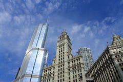 Construção de Chicago Wrigley e torre do trunfo Fotografia de Stock