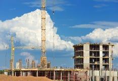 Construção de construções concretas em nuvens moventes do fundo mim Imagens de Stock