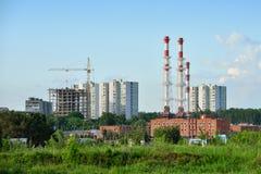 Construção de construções residenciais do multi-nível ao lado de um ind Foto de Stock