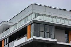 Construção de construções residenciais modernas a combinação de materiais e de texturas diferentes no projeto disposição convenie imagens de stock