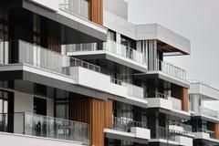 Construção de construções residenciais modernas a combinação de materiais e de texturas diferentes no projeto disposição convenie fotografia de stock royalty free