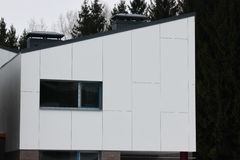 Construção de construções residenciais modernas a combinação de materiais e de texturas diferentes no projeto disposição convenie imagem de stock royalty free