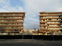 Construção de Demolited ao lado do Danube River imagem de stock royalty free