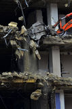 A construção de desmoronamento da demolição da construção rasga para baixo Imagem de Stock