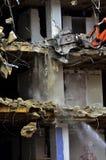 A construção de desmoronamento da demolição da construção rasga para baixo Foto de Stock