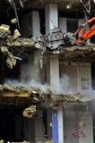 A construção de desmoronamento da demolição da construção rasga para baixo Fotografia de Stock