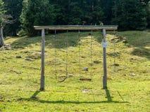 Construção de dois balanços na paisagem fotos de stock