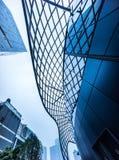 Construção de escritório empresarial moderna e céu azul com nuvens fotos de stock