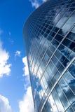 Construção de escritório para negócios exterior contra o céu azul Fotos de Stock Royalty Free