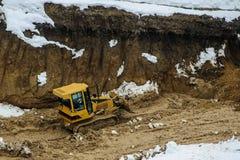 Construção de estradas amarela da montanha da escavadora Imagem de Stock Royalty Free