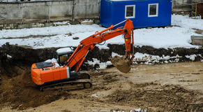 Construção de estradas da montanha da máquina escavadora Foto de Stock Royalty Free
