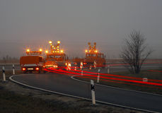 Construção de estradas no crepúsculo Fotos de Stock