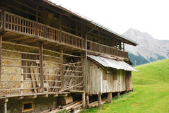 Construção de exploração agrícola da madeira e da pedra Fotografia de Stock Royalty Free