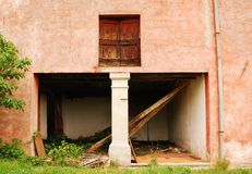Construção de exploração agrícola em desuso de Friulian Fotos de Stock Royalty Free