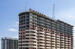 Construção de highrise bicolor sob a construção Fotografia de Stock