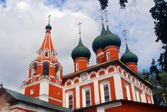 Construção de igreja ortodoxa velha do russo fotografia de stock royalty free