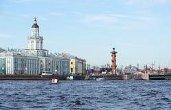 Construção de Kunstkamera e cuspe de Vasilyevsky Island, St Petersburg, Rússia fotografia de stock