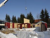 Construção de madeira da casa no ambiance ensolarado foto de stock royalty free
