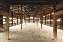 Construção de madeira interior do celeiro foto de stock royalty free