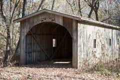 A construção de madeira no carvalho grita a ponte foto de stock royalty free