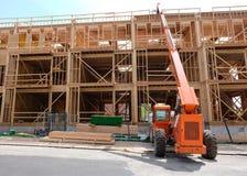A construção de madeira, torre feita do carvalho irradia-se de encontro ao céu nebuloso imagens de stock
