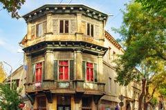 Construção de madeira velha original no canto da rua na cidade velha de Tbilisi, cores da folha do outono, Geórgia imagens de stock royalty free