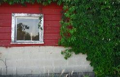 Construção de madeira vermelha velha Imagens de Stock Royalty Free