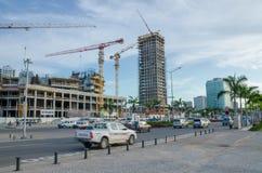 Construção de muitas construções altas modernas da elevação com os grandes guindastes no lado de mar da capital Luanda, Angola, Á foto de stock