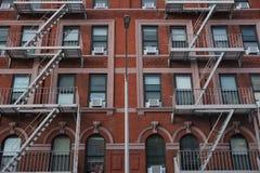 Construção de New York City com escapes de fogo e um lampost fotos de stock