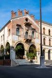 A construção de Palazzo anterior di Giustizia antena no dell da praça ', agora uma loja de vinho ou um Enoteca imagens de stock royalty free