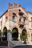 A construção de Palazzo anterior di Giustizia antena no dell da praça ', agora uma loja de vinho ou um Enoteca imagens de stock