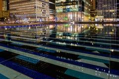 Construção de Paris da noite; os escritórios iluminaram empregados Imagens de Stock