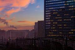 Construção de Paris da noite; os escritórios iluminaram empregados Fotografia de Stock